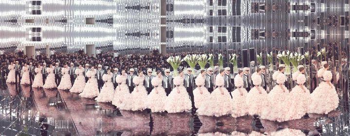"""Photo extraite de l'ouvrage """"Lagerfeld The Chanel Shows"""" par Simon Procter, objet d'une exposition jusqu'au 30 octobre 2019 au Royal Monceau Raffles Paris (SIMON PROCTER)"""