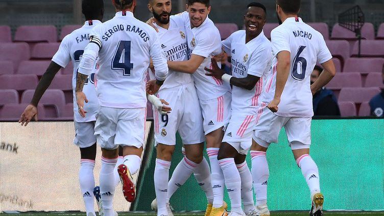 Les Madrilènes célèbrent l'ouverture du score de Federico Valverde. (LLUIS GENE / AFP)