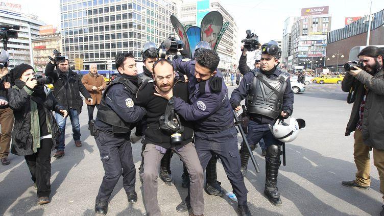Ankara, la police anti-émeute arrête un manifestant le 12 mars 2014 (ADEM ALTAN / AFP)