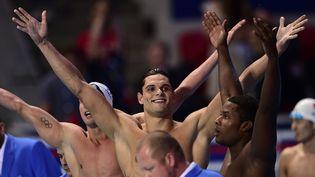Les nageurs français Fabien Gilot, Florent Manaudou et Medhy Metella (de gauche à droite) après leur victoire sur le relais 4 x 100 m aux Mondiaux de natation à Kazan (Russie), le 2 août 2015. (MARTIN BUREAU / AFP)