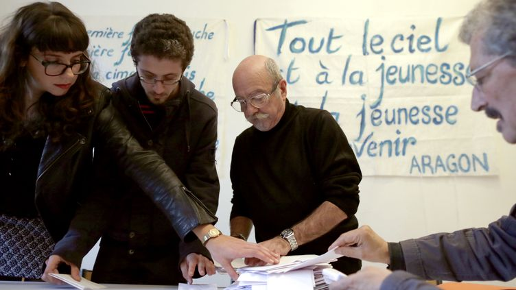 Des adhérents du PCF lors du votepour des listes communes avec le Parti socialiste dès le 1er tour des municipales de 2014, le 19 octobre 2013 à Paris. (KENZO TRIBOUILLARD / AFP)