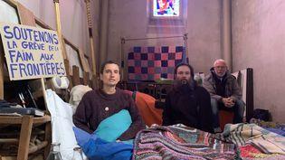 Les deux militants et le prêtre en grève de la faim à Calais (Pas-de-Calais), le 18 octobre 2021. (MAXPPP)