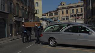 Les pompes funèbres sont débordées en Italie. (OMAR OUAHMANE / GILLES GALLINARO / RADIO FRANCE)