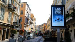 Une rue vide et ses commerces fermés lors du premier confinement, le 30 avril 2020, à Nice (Alpes-Maritimes) (SYLVESTRE / MAXPPP)