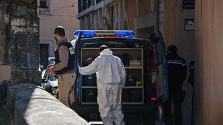 Des enquêteurs devant le domicile d'Aurélie Vaquier, disparue depuis le 28 janvier, à Bédarieux (Hérault), mercredi 7 avril 2021. (PASCAL GUYOT / AFP)