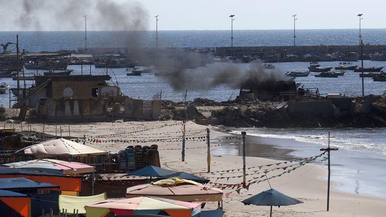 La fumée s'élève d'une cabane frappée par l'armée israélienne sur une plage de Gaza, mercredi 16 juillet 2014. Quatre enfants ont été tués dans ce bombardement. (THOMAS COEX / AFP)