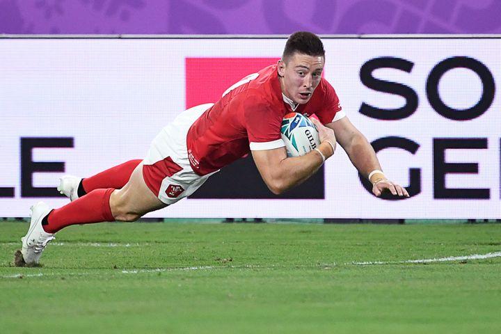 Josh Adams marque un essai face aux Fidji, le 9 octobre 2019 à Oita (Japon). (CHRISTOPHE SIMON / AFP)
