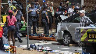 La police et le personnel médical entourent la voiture qui a foncé sur des manifestants antiracistes à Charlottesville (Virginie, Etats-Unis), le 12 août 2017. (SAMUEL CORUM / ANADOLU AGENCY)