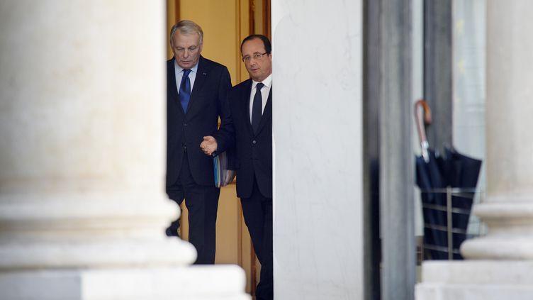 Le Premier ministre, Jean-Marc Ayrault (G), et le président, François Hollande, à l'Elysée, à Paris, le 23 octobre 2013. (MARTIN BUREAU / AFP)