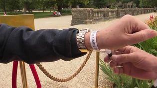 Pass sanitaire : un bracelet pour éviter de scanner les clients tous les jours (France 2)