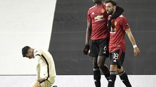 Paulo Pogba et Bruno Fernandes se congratulent après la démonstration de Manchester United face à la Roma en demi-finale de Ligue Europa (6-2), le 29 avril 2021. (PETER POWELL / EPA)