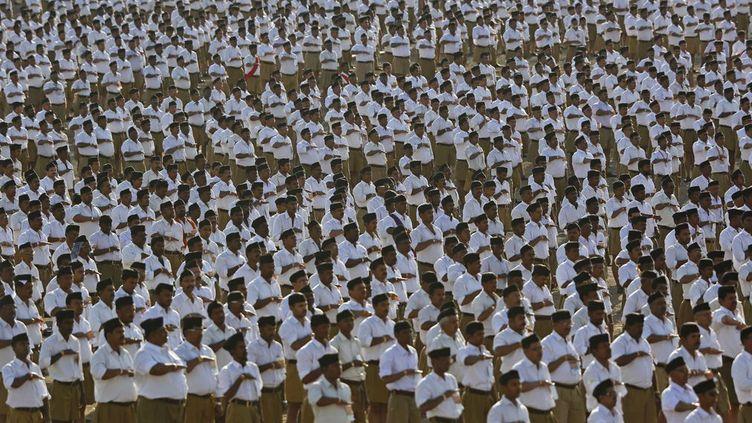 Ils portent des shorts kakis, des chemises blanches et des bérêts noirs... «Ils», ce sont des militants duRashtriya Swayamsevak Sangh, littéralement le Corps national des volontaires, fondé en 1925, qui se veut la plus grande organisation religieuse du pays, avec environ 5 millions de membres. Le RSS se présente comme un mouvement culturel dédié à la protection de la culture hindoue. Mais ses détracteurs y voient une organisation antimusulmane fascisante. Il est considéré comme le mentor idéologique du parti de l'actuel Premier ministre indien Narendra Modi, le BJP (Bharatiya Janata Party). Pour les analystes, son influence n'a jamais aussi forte que depuis l'élection de Modi en mai 2014. Ce dernier y a milité pendant sa jeunesse. Le RSS a été interdit plusieurs fois depuis l'indépendance en 1947, notamment après qu'un de ses anciens membres, Nathuram Godse, eut assassiné le Mahatma Gandhi, suspect de sympathies musulmanes, le 30 janvier 1948. Le mouvement fut aussi interdit après avoir été accusé d'incitation à la destruction, en 1992, d'une célèbre mosquée, la mosquée de Babri, à Ayodhya en Uttar-Pradesh (nord). L'évènement avait entraîné de violentes émeutes, à l'origine de la mort de quelque 2000 personnes. (REUTERS - Danish Siddiqui)