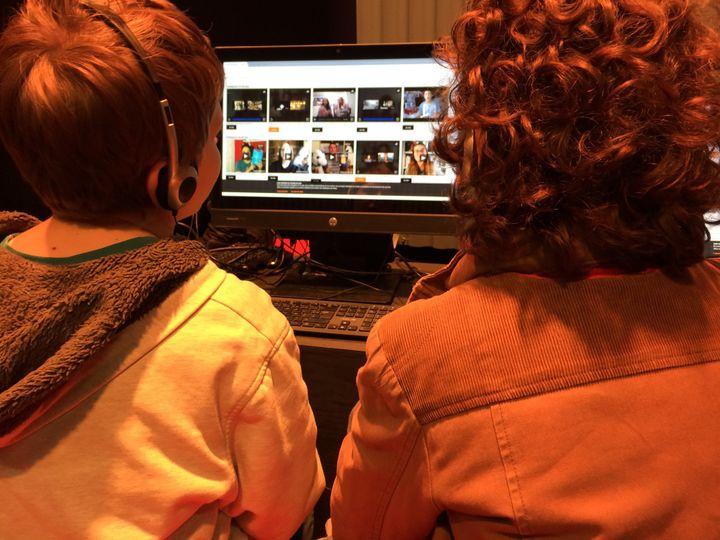 Booktube Power, les visiteurs visionnent les vidéos pour départager les gagnants du concours  (laurence Houot / Culturebox)