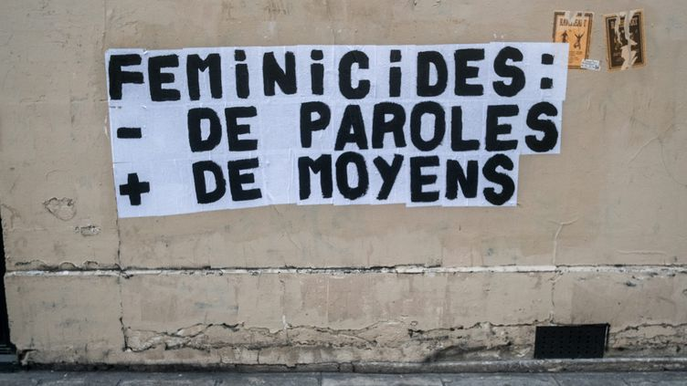 Une campagne d'affichage contre les féminicides dans les rues de Paris, le 18 octobre 2019. (MICHAEL BUNEL / LE PICTORIUM / MAXPPP)