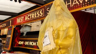 "Une réplique géante de la statuette des Oscars enveloppée, ""confinée"", dans un sac plastique dans le hall du Dolby Theater à Hollywood (mars 2018). (CHRISTOPHER POLK / GETTY IMAGES NORTH AMERICA)"