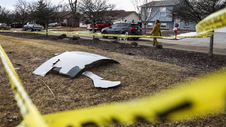 Les débris d'un Boeing 777 dans un jardin de Broomfield (Colorado, Etats-Unis), le 20 février 2021. (MICHAEL CIAGLO / GETTY IMAGES NORTH AMERICA / AFP)