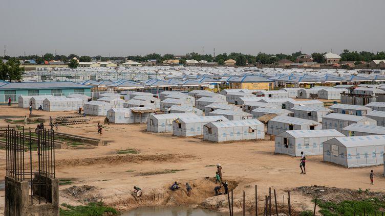 Vue générale d'un camp de personnes déplacées par le conflit avec Boko Haram. Ce camp est installé sur le site d'unstade inachevé à Maiduguridans l'Etat de Borno. Photo prise le 26 juillet 2019. (FATI ABUBAKAR / AFP)