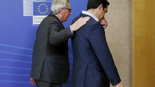 Jean-Claude Juncker et Alexis Tsipras, le 3 juin 2015 à Bruxelles (Belgique). (FRANCOIS LENOIR / REUTERS)