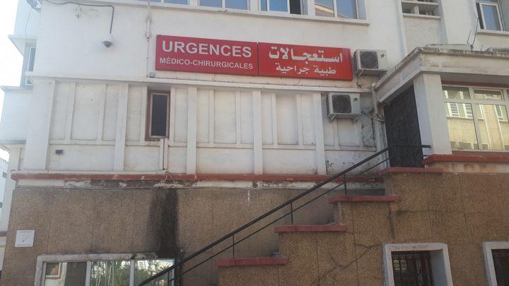 La façade de l'entrée des urgences médico-chirurgicales de l'hôpital universitaire Mustapha d'Alger, le 2 avril 2019. (KAHINA NAZIR / RADIO FRANCE)