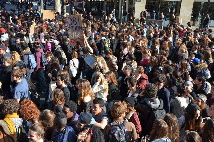 Plusieurs milliers de lycéens ont manifesté vendredi 18 octobre entre Bastille et Nation. (CITIZENSIDE/JACQUES BOUTONNET / CITIZENSIDE.COM)