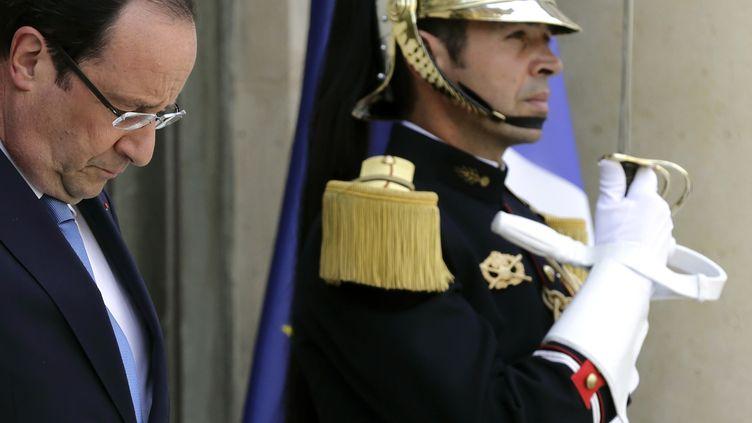 Le président de la République, François Hollande, sur le perron de l'Elysée à Paris, le 17 juillet 2013. (PHILIPPE WOJAZER / REUTERS)