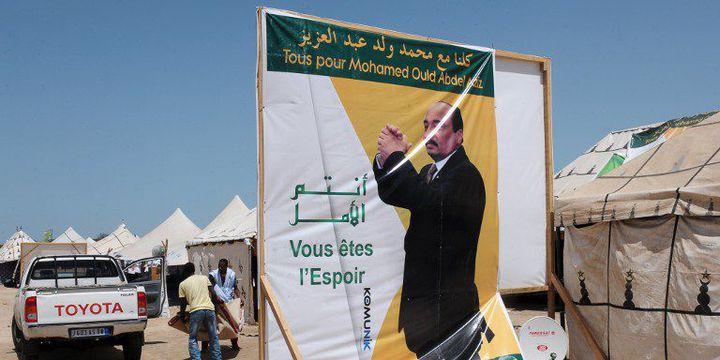 Campagne électorale à Nouakchott le 19 juin 2014: affiche présentant le président sortant et candidat à sa succession, Mohamed Ould Abdel Aziz. Cet ex-général a remporté les élections avec plus de 80% des voix deux jours plus tard. (AFP PHOTO / SEYLLOU)