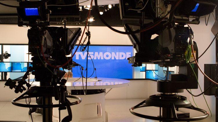 Le plateau de la chaîne TV5 Monde, dont les programmes ont été interrompus dans la nuit de mercredi 8 à jeudi 9 avril 2015, suite à une attaque revendiquée par le groupe Cyber Caliphate. (GEOFFROY VAN DER HASSELT / ANADOLU AGENCY / AFP)