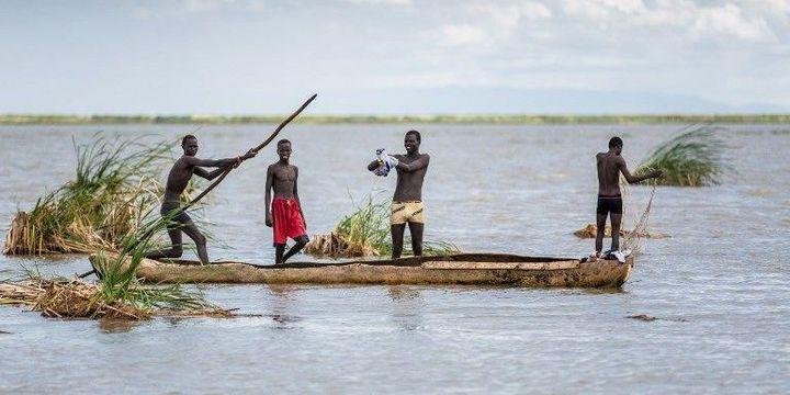 Pirogue sur le lac Turkana (Miro May)