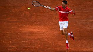 Novak Djokovic prend les devants en demi-finale de Roland-Garros, vendredi 11 juin 2021. (CHRISTOPHE ARCHAMBAULT / AFP)