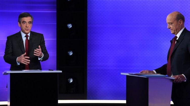 François Fillon et Alain Juppé lors du débat de la primaire de la droite, le 24 novembre 2016. (ERIC FEFERBERG / AFP)