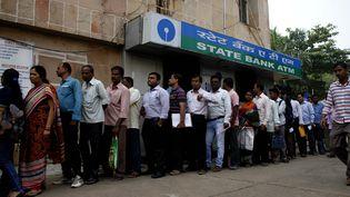 Des Indiens font la queue pour changer leurs billets, le 11 novembre 2016, à Bhubaneswar (Etat de l'Odisha), dans l'est de l'Inde. (NURPHOTO  / AFP)