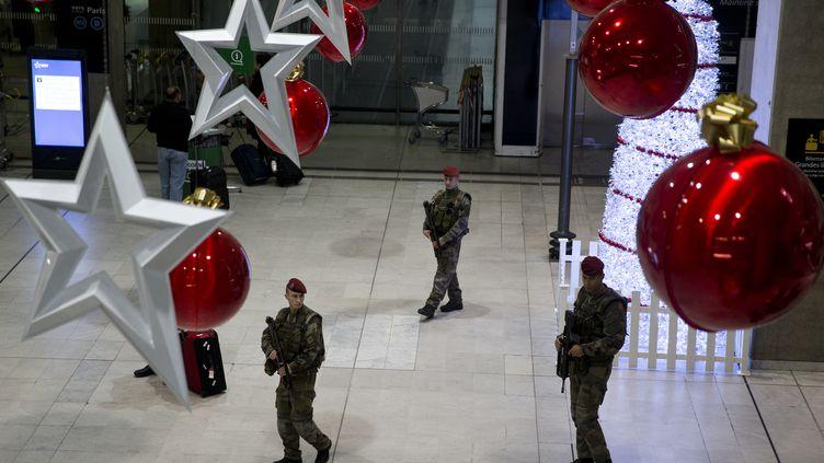 Des militaires dans l'aéroport Roissy-Charles-de-Gaulle, le 3 décembre 2015. (KENZO TRIBOUILLARD / AFP)