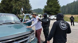 Des militaires et des policiers fouillent les véhicules à la recherche du Français qui avait été enlevé au sud ouest de Toluca dans le centre du Mexique, le 25 novembre 2019. (MARIO VAZQUEZ / AFP)