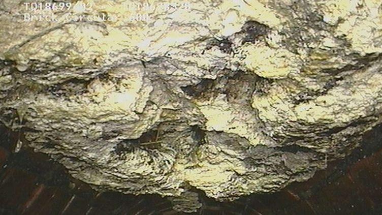 Capture d'écran d'une vidéo montrant un amas géant de graisse obstruant les égouts de Londres (Royaume-Uni). Il en a été extrait le 6 août 2013. (AP / SIPA                                )