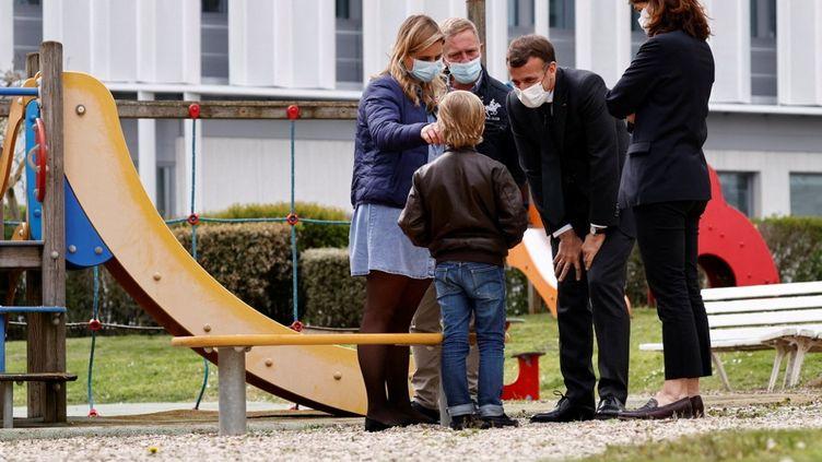 Emmanuel Macron visite le service de pédopsychiatrie du CHU de Reims (Marne), le 14 avril 2021. (CHRISTIAN HARTMANN / AFP)