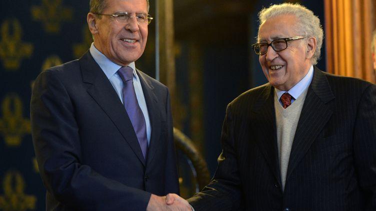 Serguei Lavrov, chef de la diplomatie russe (à gauche), et Lakhdar Brahimi,l'émissaire international pour la Syrie, le 29 décembre 2012 à Moscou (Russie). (KIRILL KUDRYAVTSEV / AFP)