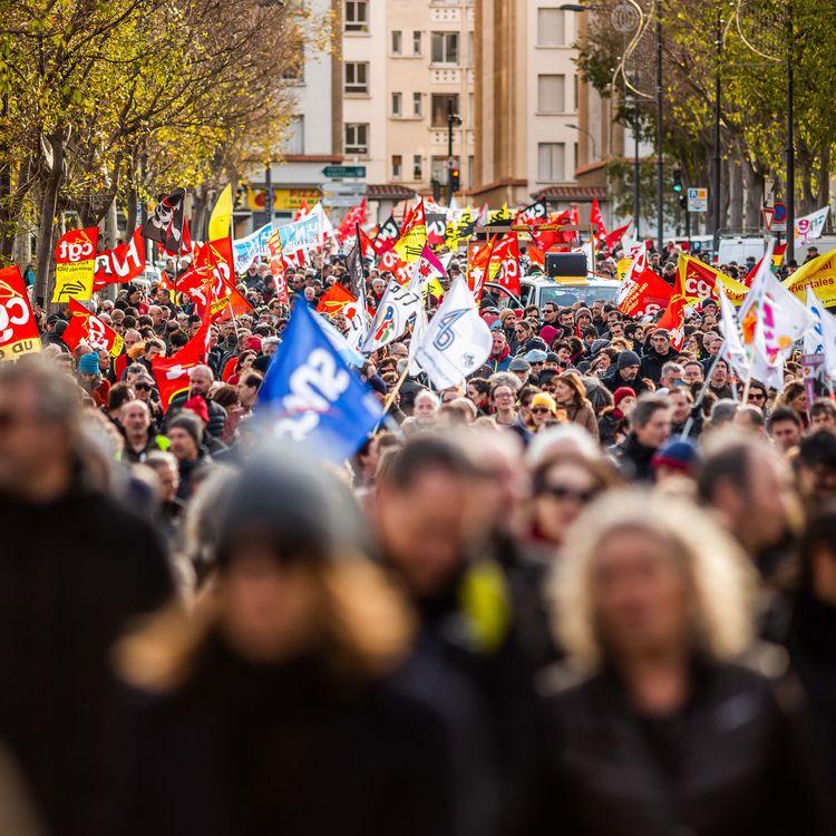 Des manifestants marchent à Perpignan (Pyrénées-Orientales) contre la réforme des retraites, le 10 décembre 2019. (JC MILHET / HANS LUCAS / AFP)