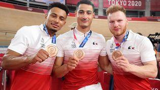 Florian Grengbo, Rayan Helal etSébastien Vigier posent avec leur médaille de bronze acquise lors de la petite finale de l'épreuve de vitesse par équipes, à Tokyo le 3 août (AGENCE KMSP / KMSP)