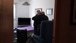 Un homme aidant un proche atteint de la maladie de Parkinson, le 13 février 2021 à Nantes (Loire-Atlantique). (VALERIE PINARD / HANS LUCAS / AFP)
