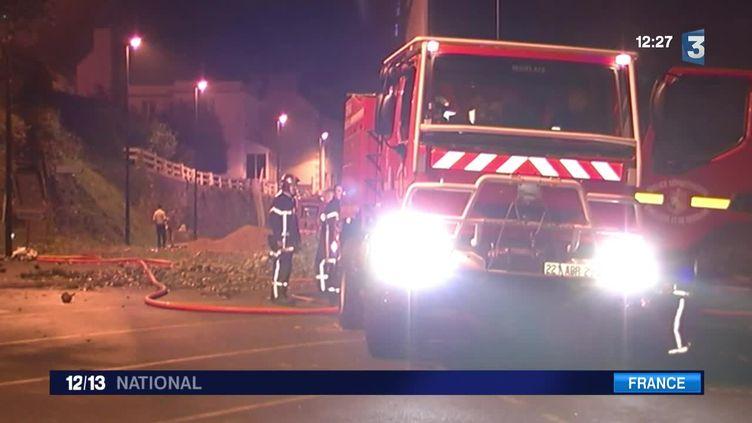 Dans la nuit de vendredi à samedi, des légumiers du Finistère ont brûlé deux bâtiments publics. (FRANCE 3)