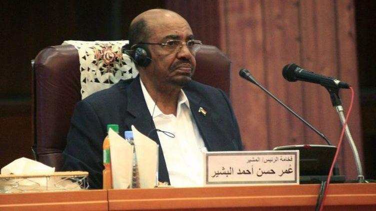 Le président soudanais Omar Al-Bachir, le jour de l'ouverture du Forum national de dialogue au Soudan, le 10 octobre 2015 à Khartoum. (Ebrahim Hamid / Anadolu Agency / AFP)