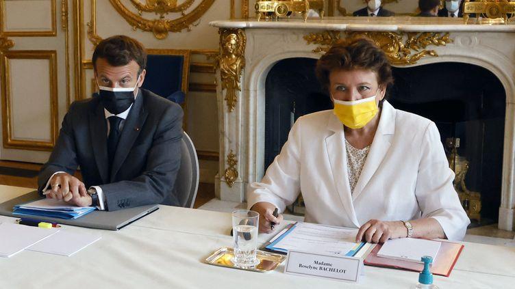 Le président de la République Emmanuel Macron et la ministre de la Culture, Roselyne Bachelot, lors d'une réunion avec les propriétaires de discothèques, à l'Elysée, le 21 juin 2021. (LUDOVIC MARIN / AFP)