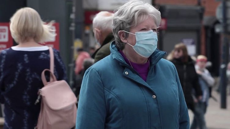 Royaume-Uni : les seniors vaccinés contre le Covid-19 retrouvent peu à peu une vie normale. (FRANCEINFO)