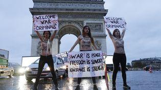 Trois militantes des Femen devant l'arc de triomphe, à Paris, le 10 novembre 2018. (GEOFFROY VAN DER HASSELT / AFP)