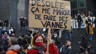 L'humoriste et comédienne Laura Calu lors de la manifestation à Paris pour la réouverture des lieux culturels le 15 décembre. (VICTOR VASSEUR / RADIOFRANCE)