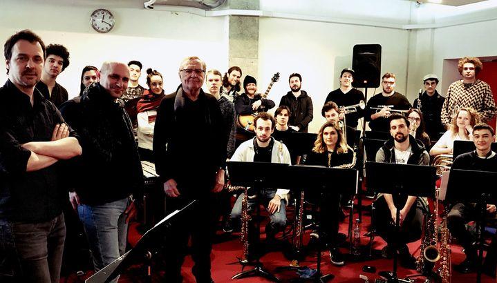 L'Orchestre des jeunes de l'ONJ en répétition à Paris à la mi-février 2019, avec au premier plan, de gauche à droite, Frédéric Maurin, Jean-Charles Richard, professeur du CRR de Paris, et François Jeanneau, ancien directeur de l'ONJ, qui assure la direction de l'Orchestre des jeunes pour la première année de la mandature Maurin  (Emmanuelle Rogeau /ONJ)