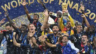 L'équipe de France célèbre son sacre en finale de la Coupe du monde de football en Russie, le 15 juillet 2018, au stade Loujniki de Moscou. (FRANCK FIFE / AFP)