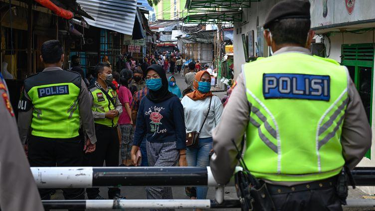 Des policiers à Jakarta (Indonésie), le 20 mai 2020. (BAY ISMOYO / AFP)