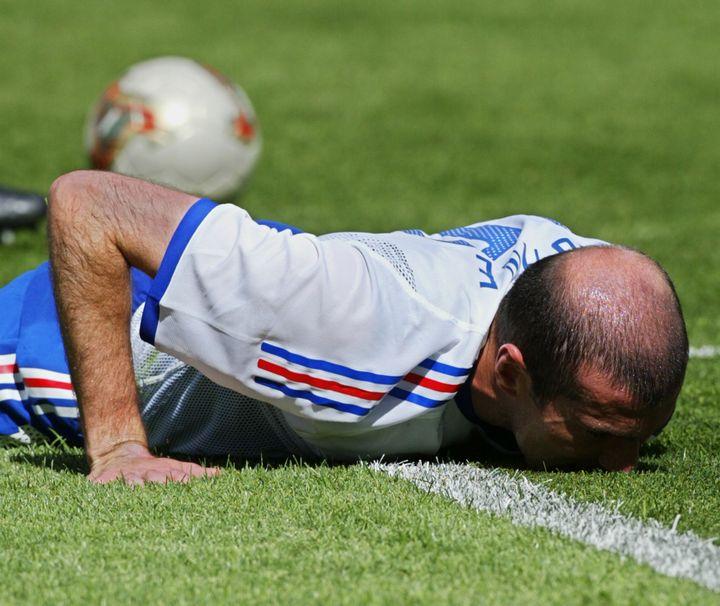 Zinédine Zidane au sol après la défaite de la France face au Danemark, lors de la Coupe du monde 2002, en Corée du Sud et au Japon, le 11 juin. (GREG WOOD / AFP)