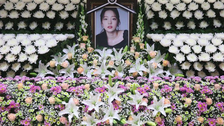 Un hommage en fleurs à la star sud-coréenne de la K-pop, Goo Hara, qui s'est donnée la mort en novembre 2019 après avoir été harcelée sur les réseaux sociaux. (STR / DONG-A ILBO)